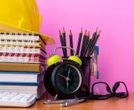 Fermez-vous vers le haut des matériaux pédagogiques sur le bureau en bois photographie stock libre de droits