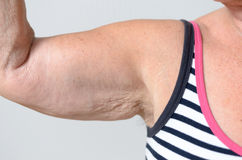 Fermez-vous vers le haut des muscles de femme âgés par milieu et en dessous Photographie stock