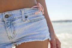 Fermez-vous vers le haut des offs et du fond de bikini coupés Images stock