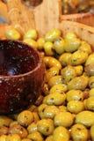 Fermez-vous vers le haut des olives à vendre au marché Photo stock