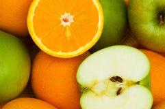 Fermez-vous vers le haut des oranges de coupure de moitié Images stock