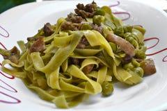 Fermez-vous vers le haut des pâtes avec le champignon de couche et les becs d'ancre Photo stock