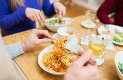 Fermez-vous vers le haut des pâtes mangeuses d'hommes pour le dîner au restaurant Photo libre de droits