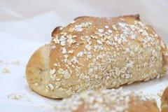 Fermez-vous vers le haut des pains de blé entier sur un livre blanc dans un plateau et de la vente au marché de nourriture images stock