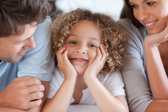 Fermez-vous vers le haut des parents regardant leur fils Photo libre de droits