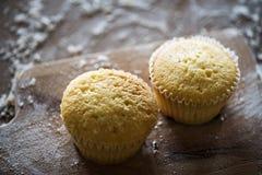 Fermez-vous vers le haut des petits gâteaux fraîchement cuits au four images stock