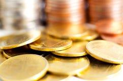 Fermez-vous vers le haut des pièces de monnaie d'or sur la table Photo libre de droits