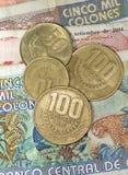 Fermez-vous vers le haut des pièces de monnaie et du Ba rican de colones d'argent de côte Photos stock
