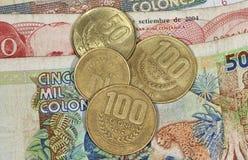 Fermez-vous vers le haut des pièces de monnaie et du Ba rican de colones d'argent de côte Photo stock