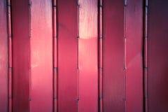 Fermez-vous vers le haut des portes de fer travaillé de couleur rouge Images libres de droits