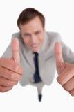 Fermez-vous vers le haut des pouces vers le haut donnés par l'homme d'affaires Photo stock