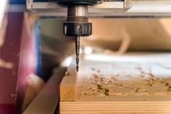 Fermez-vous vers le haut des processus de fraiseuse en bois images libres de droits