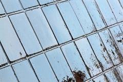 Fermez-vous vers le haut des réflexions et du grunge bleus sur les tuiles humides image libre de droits