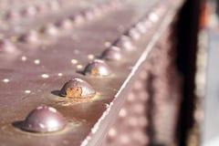 Fermez-vous vers le haut des rivets sur un vieux pont Image libre de droits