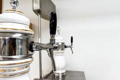 Fermez-vous vers le haut des robinets de bière dans le club, barre, bar photo stock