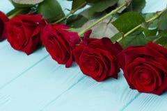 Fermez-vous vers le haut des roses rouges lumineuses sur le bois Photos libres de droits