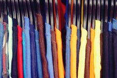 Fermez-vous vers le haut des T-shirts colorés accrochent sur le support photographie stock