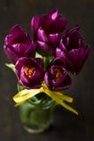 Fermez-vous vers le haut des tulipes avec des sucreries Photographie stock