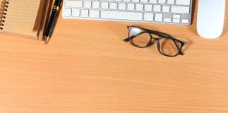 Fermez-vous vers le haut des verres d'oeil de lecture sur l'homme d'affaires Wooden Table avec Ot photo stock