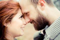 Fermez-vous vers le haut des visages des couples dans l'amour Photographie stock
