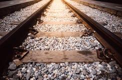 Fermez-vous vers le haut des voies de chemin de fer avec l'effet de la lumière image stock