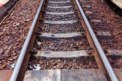 Fermez-vous vers le haut des voies rouillées de train photo stock