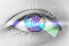 Fermez-vous vers le haut des yeux des technologies dans le futuriste : cataracte d'oeil photographie stock libre de droits