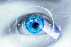 Fermez-vous vers le haut des yeux des technologies dans le futuriste : verre de contact Image libre de droits