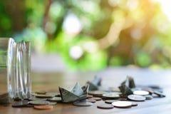 Fermez-vous vers le haut du bateau et des pièces de monnaie du dollar Photographie stock