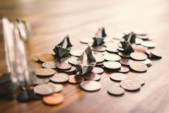 Fermez-vous vers le haut du bateau et des pièces de monnaie du dollar Photos libres de droits