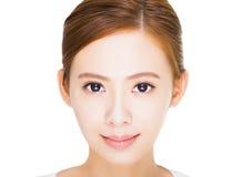 Fermez-vous vers le haut du beau visage de jeune femme Image libre de droits