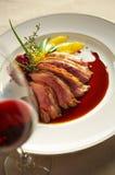 Fermez-vous vers le haut du bifteck et de la sauce grillés par canard Photo stock