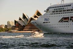 Fermez-vous vers le haut du bijou Pacifique de P&O quittant Sydney Image libre de droits