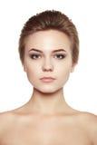 Fermez-vous vers le haut du blanc d'isolement par maquillage de cheveux courts de beauté de portrait Photos libres de droits