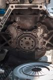 Fermez-vous vers le haut du bloc en aluminium de transmission d'embrayage d'entretien de moteur de volant image stock