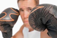 Fermez-vous vers le haut du boxeur avec des gants en fonction photos stock