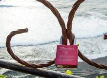 Fermez-vous vers le haut du cadenas d'amour au par conséquent dans Uluwatu Images stock