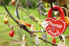 Fermez-vous vers le haut du cadenas sous la forme du coeur avec des noms Images stock