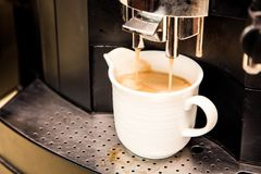 Fermez-vous vers le haut du café chaud du café d'expresso de machine de café Image stock