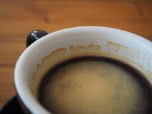 Fermez-vous vers le haut du café noir dans la tasse foyer sur la bulle Photos stock