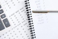 Fermez-vous vers le haut du cahier d'affaires, crayon lecteur, calculatrice Photographie stock libre de droits