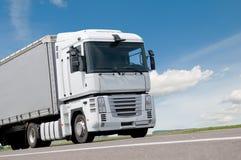 Fermez-vous vers le haut du camion de camion sur la route image libre de droits
