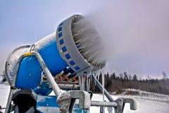 Fermez-vous vers le haut du canon de neige effectuant des flocons de neige Photos libres de droits