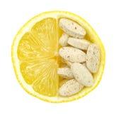 Fermez-vous vers le haut du citron et des pillules d'isolement Photos stock