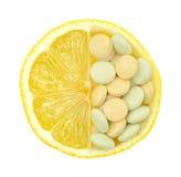 Fermez-vous vers le haut du citron et des pillules d'isolement Images stock