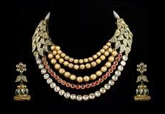Fermez-vous vers le haut du collier de diamant avec la boucle d'oreille de diamant Image stock