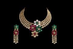Fermez-vous vers le haut du collier de diamant avec la boucle d'oreille de diamant Photo libre de droits
