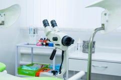 Fermez-vous vers le haut du colposcope dans la chambre gynécologique Foyer sélectif photos libres de droits