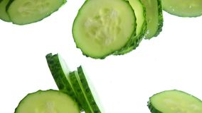 Fermez-vous vers le haut du concombre découpe le flottement en tranches jeté dans l'eau banque de vidéos