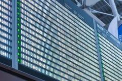 Fermez-vous vers le haut du conseil de départ à l'arrière-plan d'aéroport Photographie stock